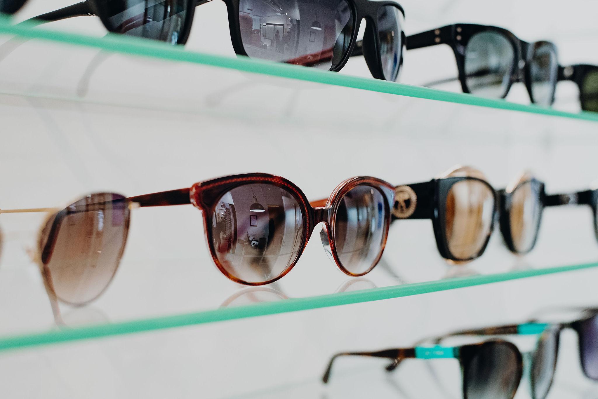 optikko näöntarkistus näöntutkimus silmälasit aurinkolasit